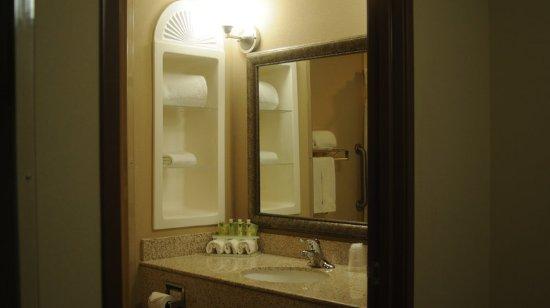 Sedalia, MO: Guest Bathroom