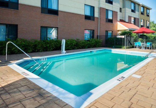 TownePlace Suites Huntington: Outdoor Pool