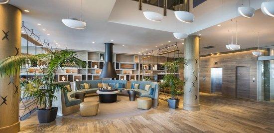 Hilton Auckland: Lobby Fireplace