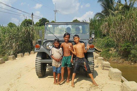 Cascada y pueblo étnico en Jeep 4x4