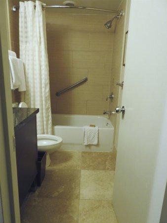 Doubletree by Hilton Philadelphia Center City: The bathroom