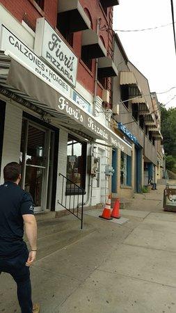 Fiori's Pizzaria: Front entrance of Fiori's