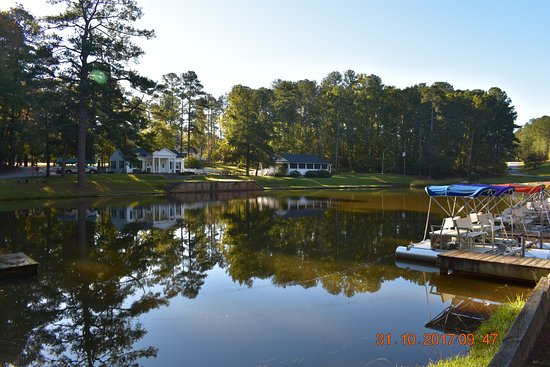 Crawfordville, GA: This is the lake, which offers shaded 4-person paddle boats. Very nice.
