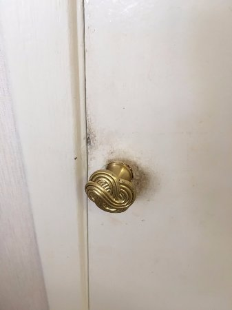 Napili Point Resort: Pantry doorknob so dirty afraid to touch it