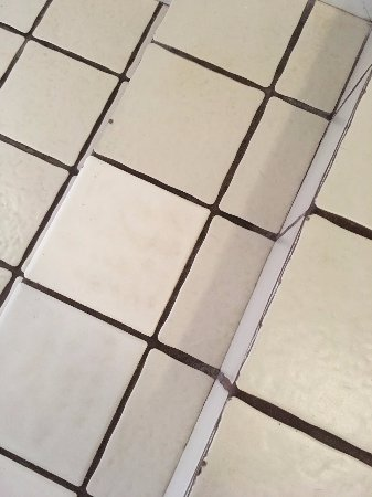 Napili Point Resort: Dirty and worn entry tiles