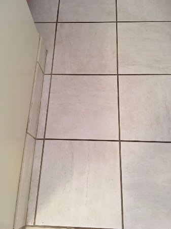 Napili Point Resort: Dirty and worn kitchen tiles