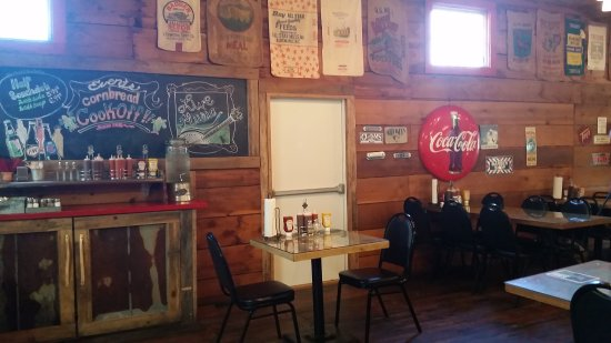 Old Hampton Store and BBQ : restaurant seating area