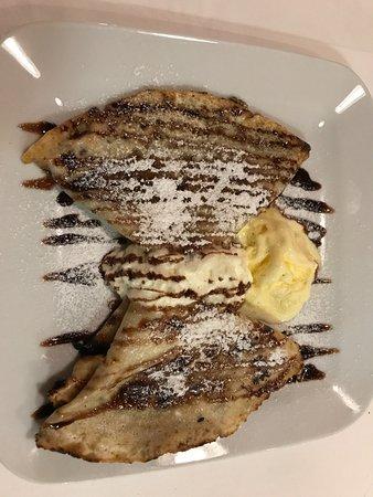 Klis, Kroatië: dessert - pancakes with chocolate sauce.