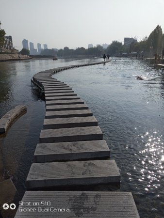 Handan, Kina: Walkway through the river.....