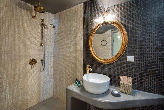 Athina Luxury Suites: Cave Suite's bathroom