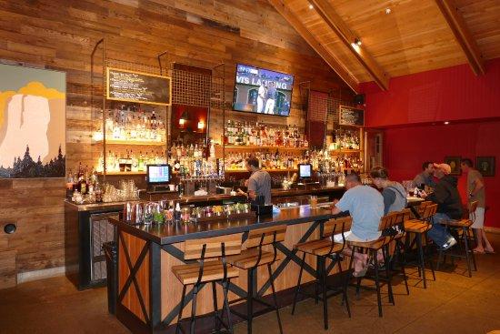 Rush Creek Lodge at Yosemite: Die gemütliche und urige Bar.