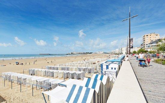 Le remblai promenade face grande plage les sables d 39 olonne credit alexandre lamoureux photo - Office de tourisme sable d olonne ...