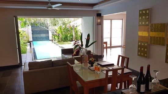 Bali Island Villas & Spa: Wohnzimmer aus Küche fotografiert