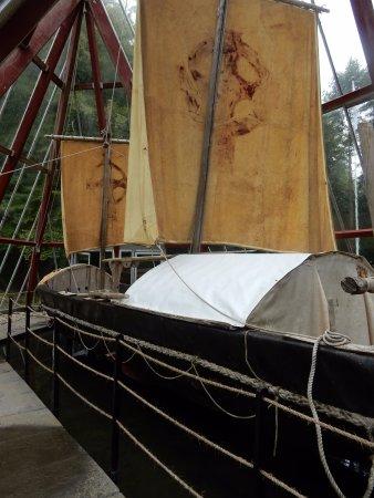 Sixmilebridge, İrlanda: Brendan Voyage boat exhibit Craggaunowen