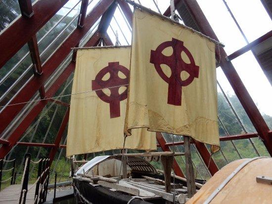 Sixmilebridge, ไอร์แลนด์: Brendan Voyage boat exhibit Craggaunowen