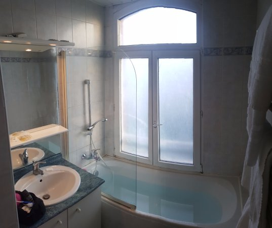 Albert, Francia: Great window for worker next door to watch you getting in and out of the bath