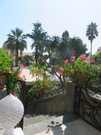 بالاتزو مورات هوتل: Steps from the terrace to the garden restaurant