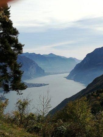 Civenna, إيطاليا: VISTA PANORAMICA DAL BOSCO DI CASTAGNI