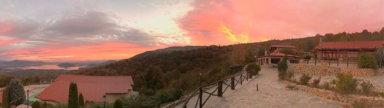 Sidirochori, Grecja: The view to lake ,the pool, the restaurant, the chalet wine bar under the colorful romantic sky!