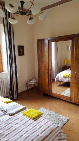 Terontola, Italië: kamer met uitzicht op fruitbomen en villa