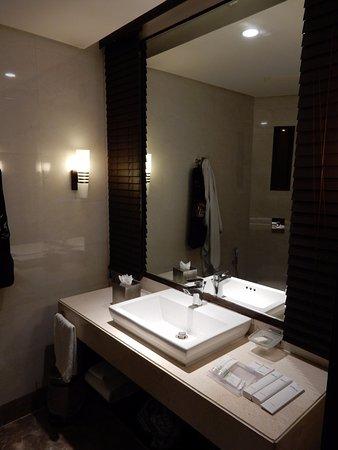 Hilton Garden Inn Gurgaon Baani Square : salle de bains