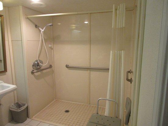 Howard Johnson by Wyndham Staunton: Spacious bathroom for handicap guest (I am not)