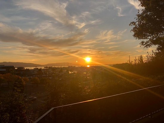 Bow, WA: Sunset views off the deck are extraordinary