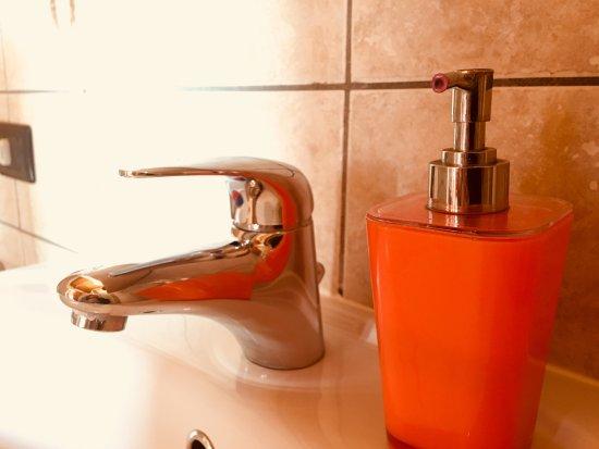 Sinio, Italy: Dettagli camera arancio