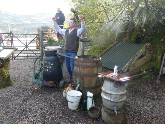 Kenmare, Irlanda: An enthusiastic explanation of moonshine making -- and tasting.