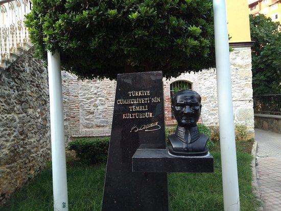"""Alanya Ataturk House Museum: У входа бюст Ататюрка, несколько странный, но """"художник так видит"""" )"""
