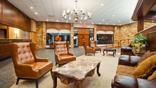 Best Western Wooster Hotel: Enjoy our large lobby, located next to our guest lobby bar for you and your family to enjoy.