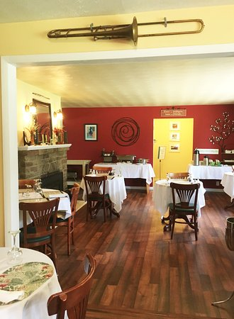 Glen Loch Inn: The Breakfast Room where you can relax and enjoy our famous homemade breakfast!