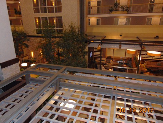 Embassy Suites by Hilton Dallas - Market Center: Looking at the buffet area from the 2nd floor