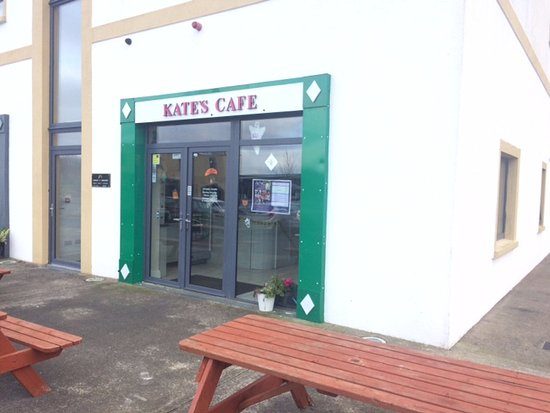 Achill Sound, İrlanda: Now Kate's cafe with bench seating outside