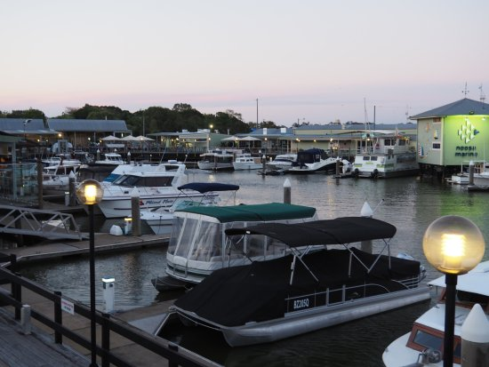 Tewantin, Austrália: Looking towards the Fish and chips across the water