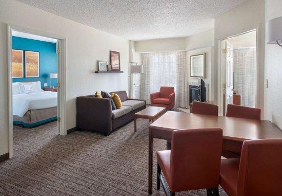 Hauppauge, نيويورك: Two-Bedroom Suite