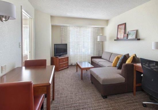 Hauppauge, نيويورك: One-Bedroom Suite