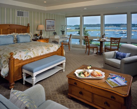 Harwich, MA: Signature WaterView King