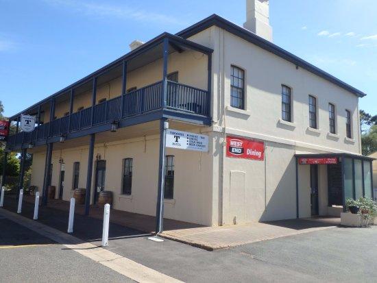 Strathalbyn, Australië: Terminus Hotel and carpark