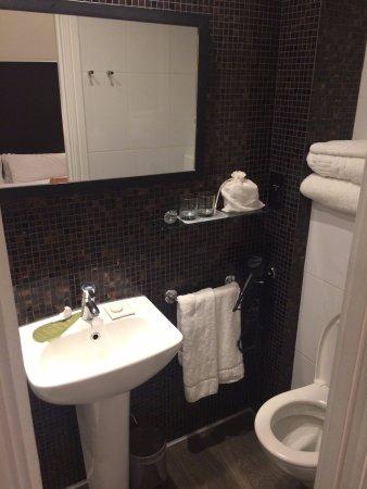 Hotel The Caesar: Banheiro agradável