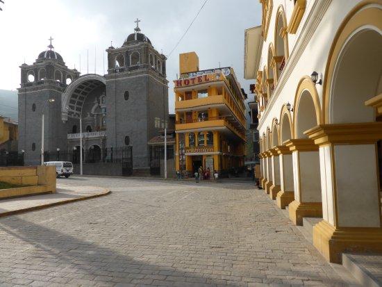 Otuzco, Peru: Seltsame Gebäude-Konfiguration an der plaza