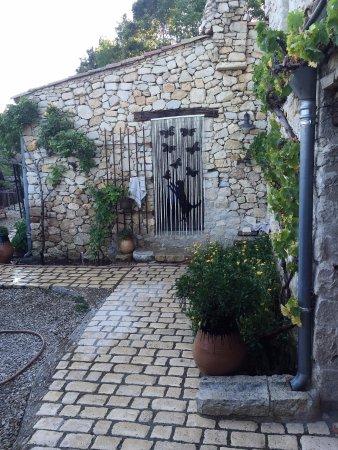 Les Vignes de la Tour St Blaise: ENTREE CUISINE