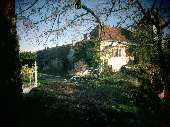 Calvignac, Francia: vue sur la maison des proriétaires et la grange aménagée