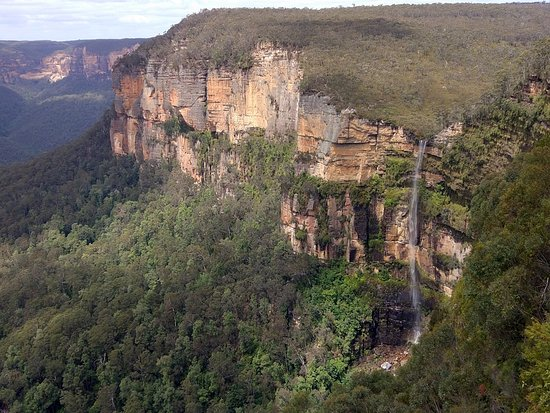 Blackheath, Αυστραλία: Cliff face and Bridal Veil Falls from Govetts Leap Lookout