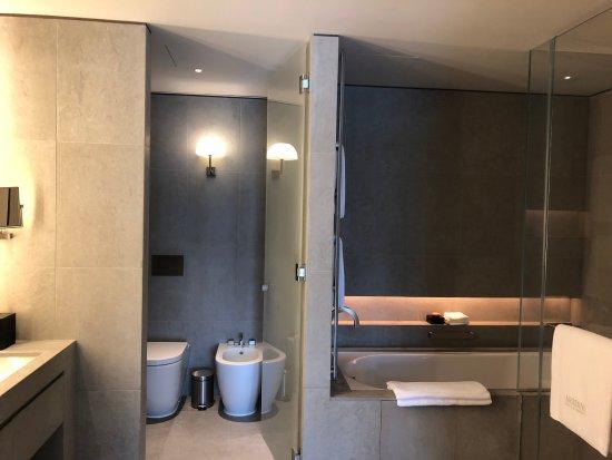 Premier Suite. Bathroom