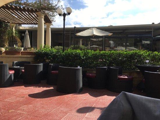 Balzan, Malta: Lugar muy agradable, la terraza ye invita a comer fuera. Hay una zona para niños con toboganes.