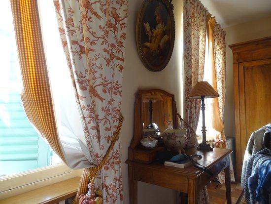 Cour sur Loire, France: la chambre Sévigné avec ses beaux rideaux