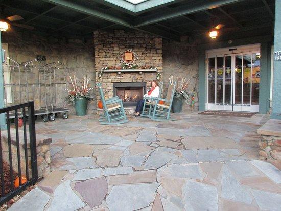 Gatlinburg Inn: Outside fireplace and rockers