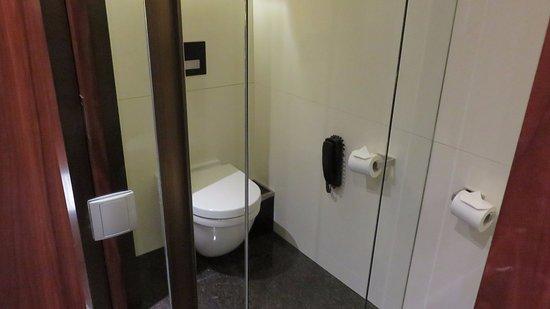 Hotel MoMc: Toilet