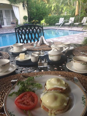 Grandview Gardens Bed & Breakfast: Breakfast on the veranda